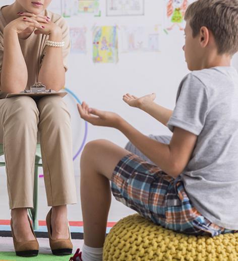 Psychologue à l'écoute d'un enfant
